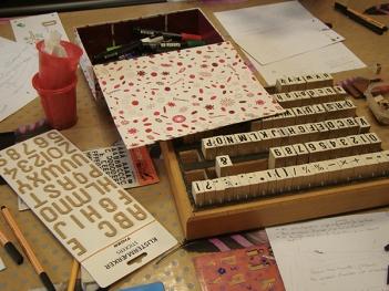 Lettres, feuilles, crayons pour art postal