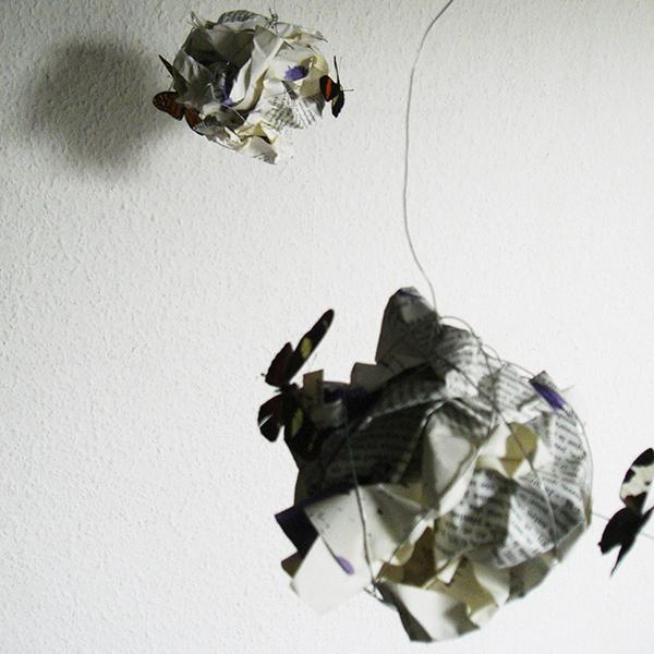 boules de papiers suspendus et ombres