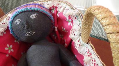 poupée Camille dans son couffin, spectacle Plus ou Moins
