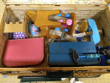 valise remplie de jouets roses ou bleus
