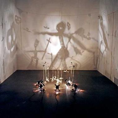 installation de Christian Boltanski - ombres projetées.